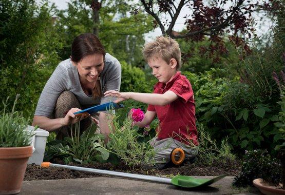 Hagearbeid kan være lek for barna